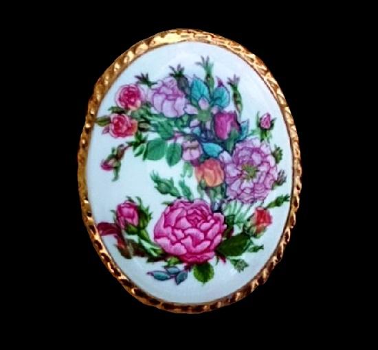 Pink flowers vintage porcelain gold plated brooch. 5 cm. 1960s
