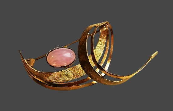 Pink quartz gold plated brooch. 5.5 cm. 1930s