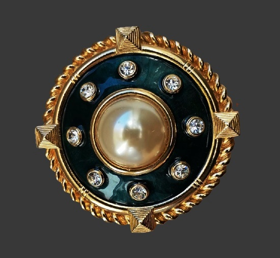 Round shaped pendant brooch. 14 K gold plated metal alloy, rhinestones, enamel. 6.5 cm. 1980s