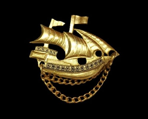 Ship brooch. Metal alloy, 18 K gold plated. 1970s. 4 cm