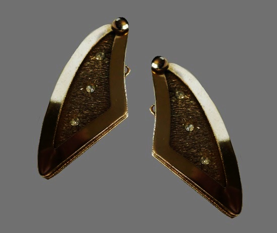 Star pattern triangle shaped gold tone metal clip on earrings. 1950s