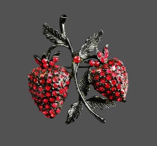 Strawberry brooch. Silver tone, pink rhinestones. 4.5 cm. 1980s