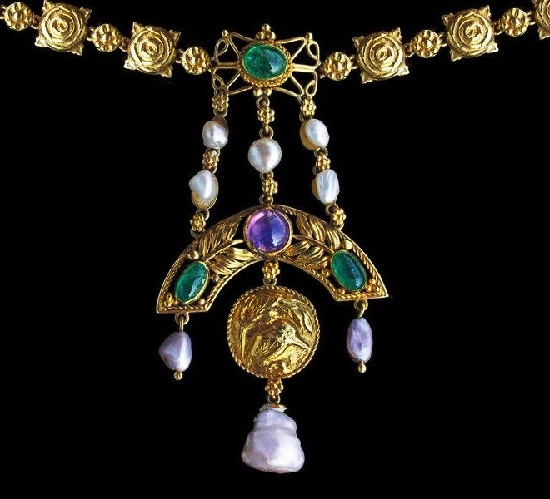 Textured gold, emerald, sapphire, pearl necklace. 1910s