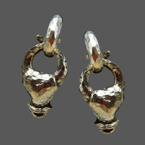 Three dimensional hammered claw silver metal earrings