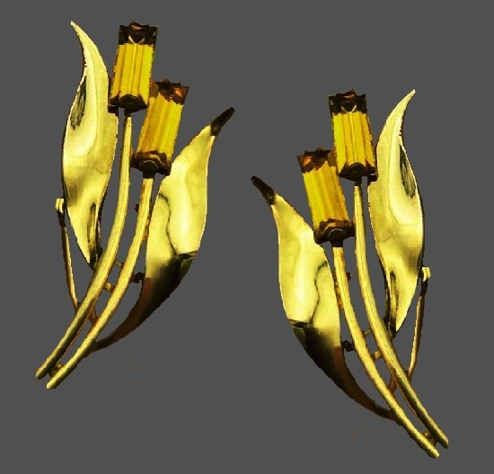 Tulip stud earrings. 3 cm. Gold tone metal, crystals. 1940s