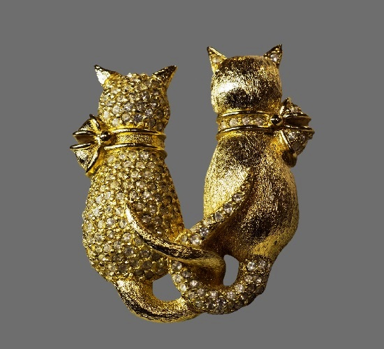 Two cats brooch. Gold tone alloy, rhinestones. 4.8 cm. 1990s