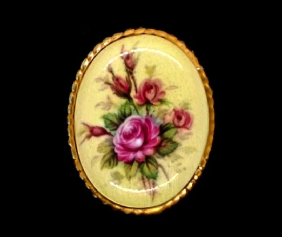 Victorian Rose brooch. Porcelain, gold plated metal alloy. 5 cm. 1960s
