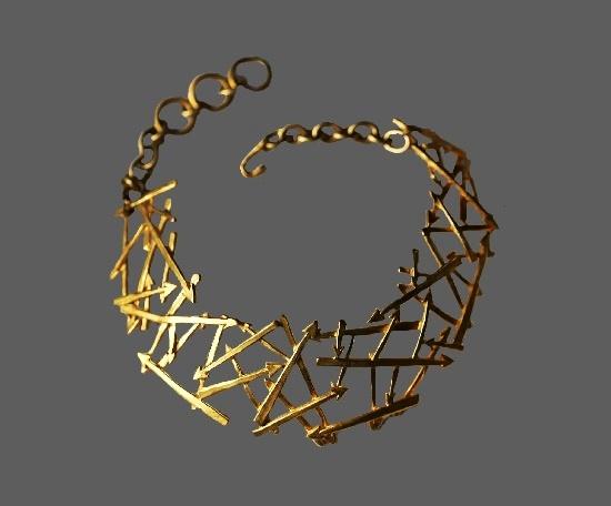 Arrow design gold tone necklace. 1990s