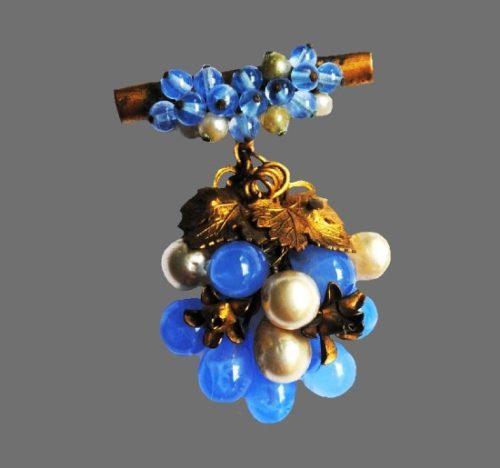 Berry dangling brooch. Gold tone metal alloy, art glass. 5 cm. 1930s