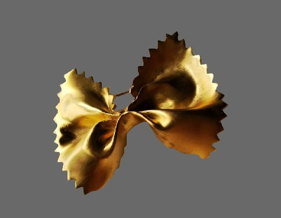 Bow brooch of gold tone