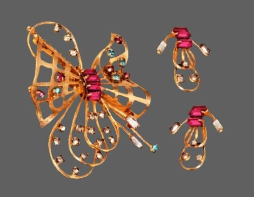 Bow brooch pendant and clip on earrings. 12 K Gold filled metal alloy, Swarovski crystals. Brooch 5 cm, clips 2 cm. 1950s