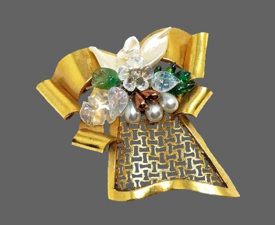Bow brooch. Gold tone metal alloy, art glass. 5 cm. 1940s