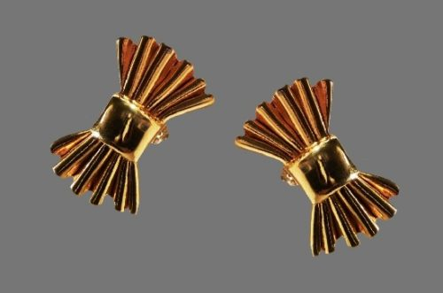 Bow shaped gold tone clip on earrings. 4 cm
