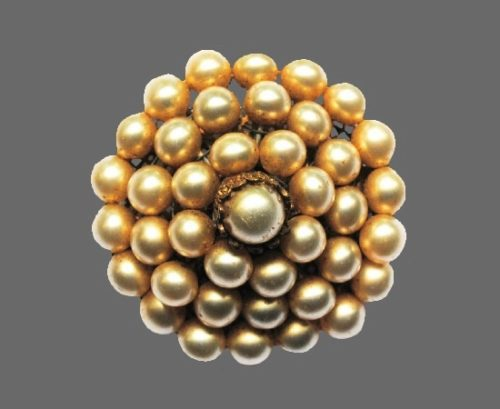 Faux pearl floral design brooch. 4.4 cm. 1930s