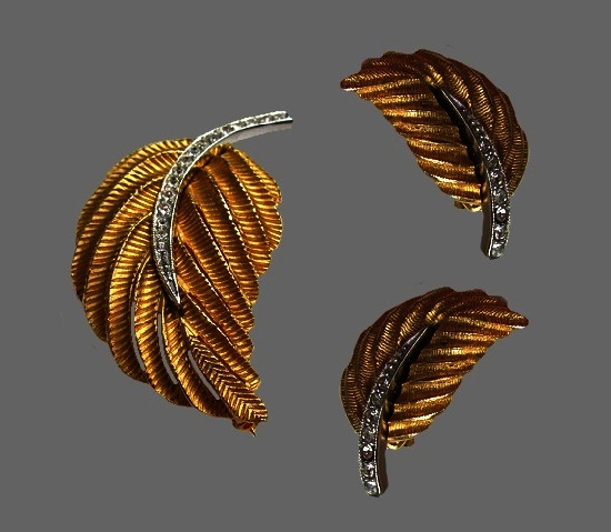 Feather leaf design demi parure brooch and clip on earrings. Textured gold and silver tone metal alloy