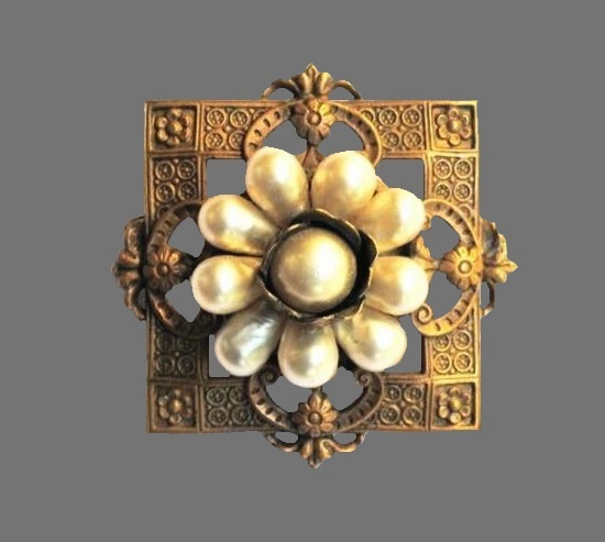 Flower brooch in square. Gold tone textured metal. 3.7 cm. 1930s