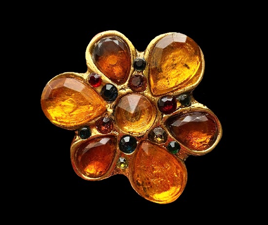 Flower brooch. Lucite, gold tone metal. 8 cm. 1980s