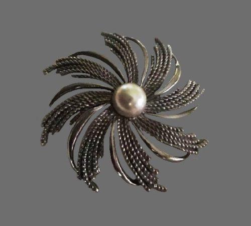 Flower sterling silver faux pearl brooch. 1980s