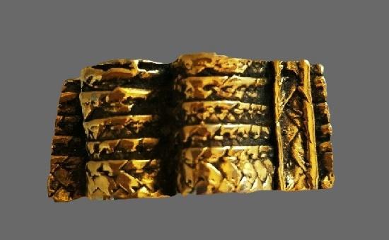Folded ribbon textured gold tone brooch. 5 cm
