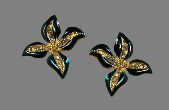 Four-petal flower pierced earrings. Gold plated metal alloy, enamel, rhinestones. 1980s