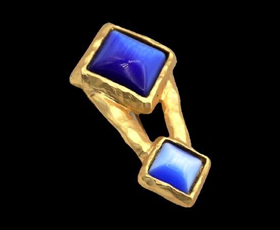Geometric design blue lucite gold tone brooch. 5 cm. 1980s