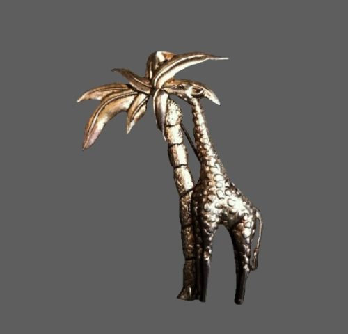 Giraffe and palm textured gold tone brooch. 8 cm