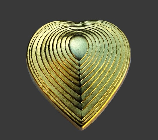 Heart brooch pin. Gold tone textured metal. 4.5 cm. 1980s