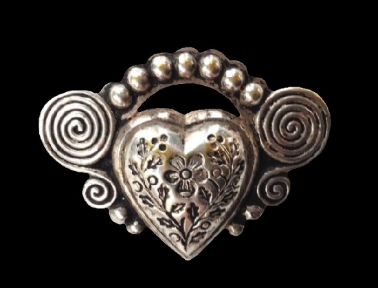 Heart with engraved flowers and spirals sterling silver brooch. 4 cm. 1940s