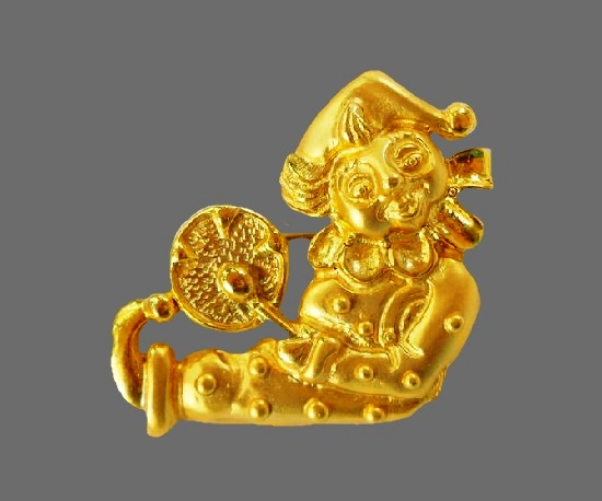 Jester clown beating his drum brooch. Gold tone metal alloy. 1980s