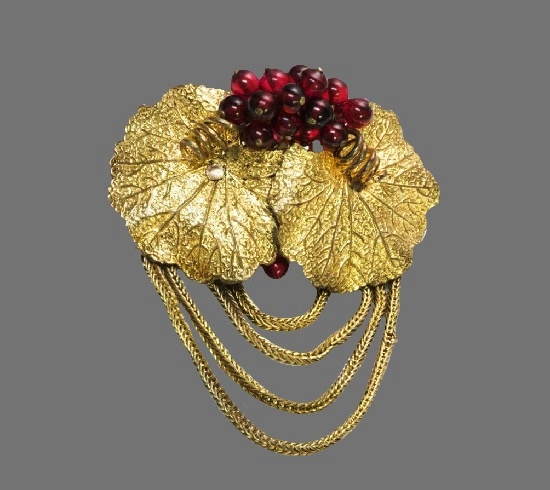Leaf glass beads brooch of gold tone. 1940s