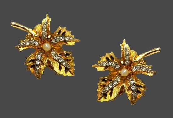 Maple leaf clip on earrings. Gold tone metal, faux pearls, rhinestones. 3 cm. 1960s