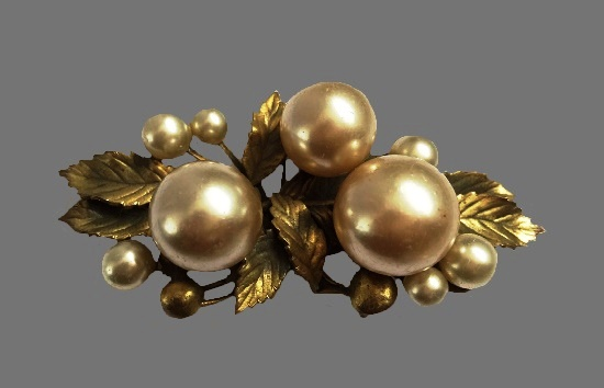 Pearl and leaves gold tone brooch