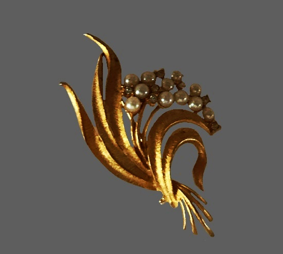 Pearl flower bouquet brooch. Gold tone metal, faux pearls, rhinestones