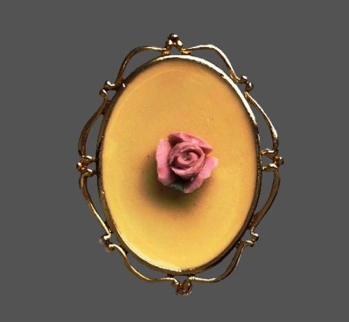 Pink rose brooch pendant. Gold plated metal alloy, porcelain, enamel. 4 cm. 1980s