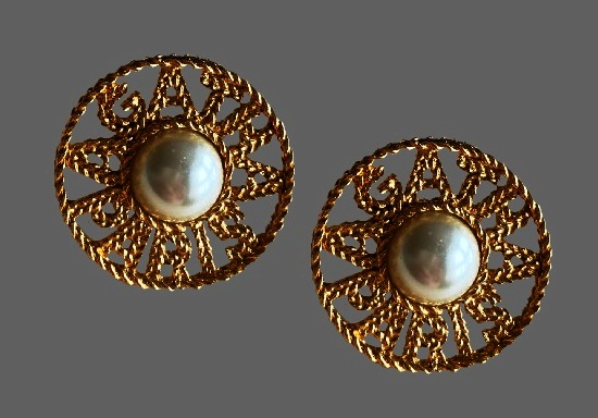 Round shaped clips with Agatha Paris label. Gold tone rope, faux pearl. 3 cm. 1980s