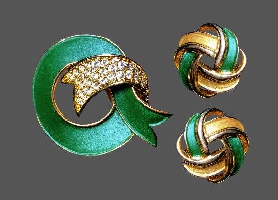 Round shaped ribbon brooch and earrings. Gold plated metal alloy, enamel, rhinestones. Brooch 4.8 cm, earrings 2.4 cm. 1980s