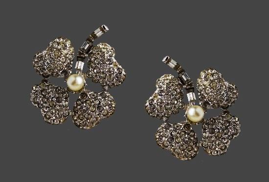Shamrock flower clip on earrings. Silver tone metal, rhinestones, plastic. 2.8 cm. 1980s