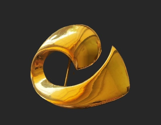 Swirl gold tone brooch. 5.5 cm. 1980s