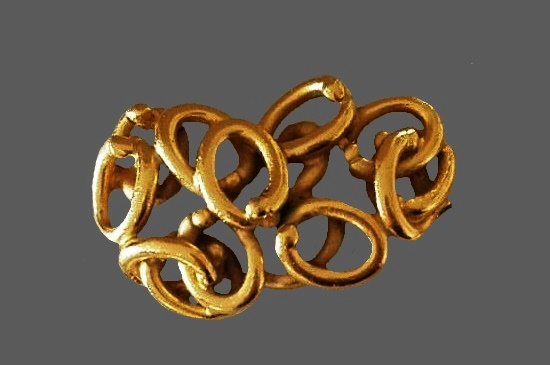 Twisted rings design gold tone brooch. 6 cm
