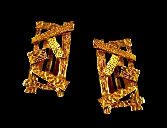 Vintage bold style geometric design gold tone clip on earrings. 3 cm. 1950s