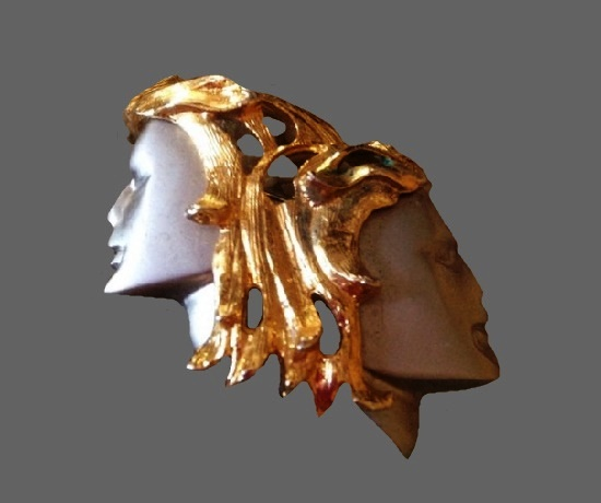 Double face brooch. Gold tone metal, mother-of-pearl, plastic