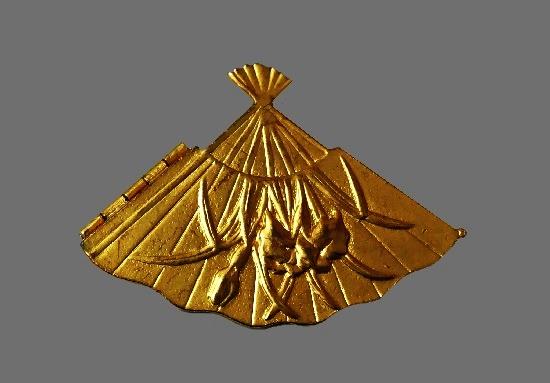 Fan locket with irises pendant of gold tone. 1980s