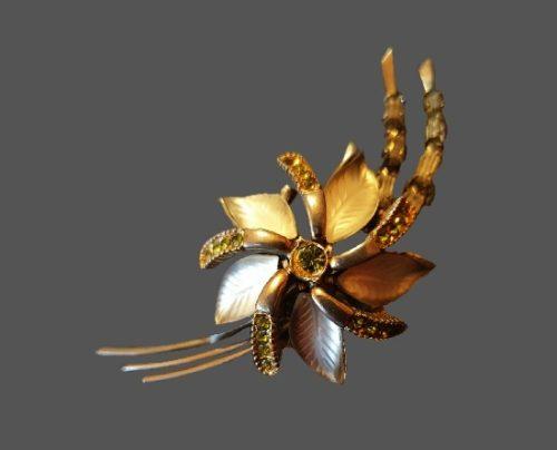 Flower brooch. Gold tone metal, rhinestones