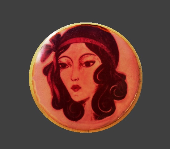 Gatsby girl round shaped brooch. 6 cm. 1970s