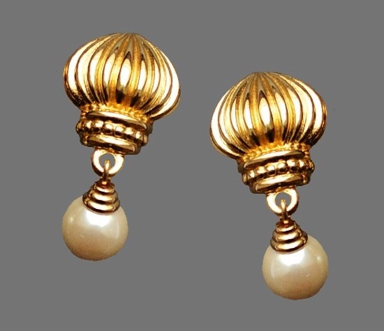 Gold dome dangling clip on earrings. Metal alloy, faux pearls. 3.5 cm. 1980s