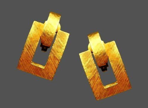 Haute couture door knocker design gold tone textured metal clip on earrings. 1980s