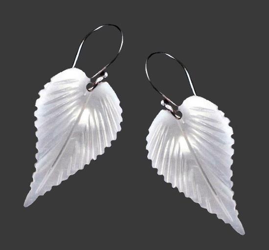 Leaf design mother-of-pearl earrings