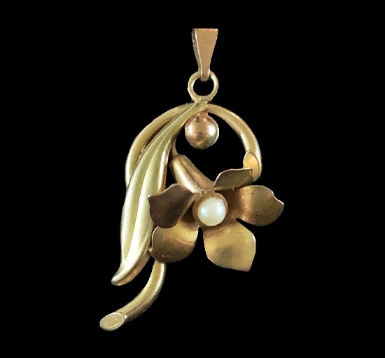 Lily pendant. 10 K gold, faux pearls
