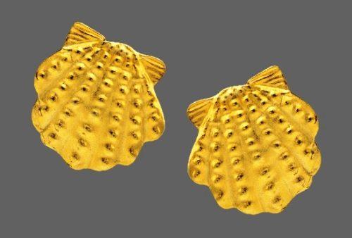Seashell gold tone earrings. 1980s