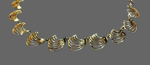 Shell design necklace of gold tone